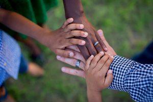 Verschiedene Hände Patchworkfamilie