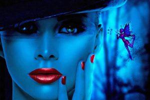 Frau in blauem Schimmer