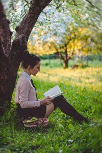 Frau im Gras mit Buch