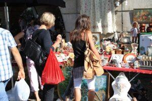 Frauen am Flohmarkt