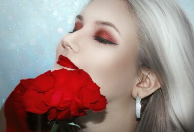 Beauty Trendreport Herbst/Winter 2020/2021 Frau mit Rose