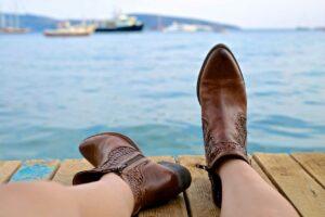 Gut zu Fuß mit der neuen Schuhmode - Stiefel am Steg